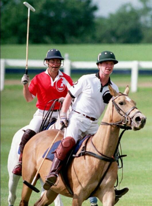 LIKE INTERESSER: Høy kølleføring fra prins Charles, som her er avbildet under en polokamp med major James Hewitt i 1992. De to har visstnok delt mer enn interessen for polo - Hewitt var nemlig prinsesse Dianas elsker på slutten av 80-tallet og begynnelsen av 90-tallet. Foto:  Foto: NTB scanpix