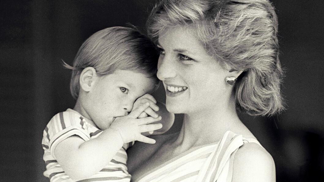 PRINSESSE DIANA UTRO: I 1995 innrømmet prinsesse Diana at hun hadde hatt en affære med ridelærer James Hewitt på 80-tallet. Hun ble skilt fra prins Charles i 1996. Flere har spekulert i om prins Harry kan ha vært et resultat av denne affæren. Bildet av mor og sønn er fra 1988. Foto: NTB Scanpix