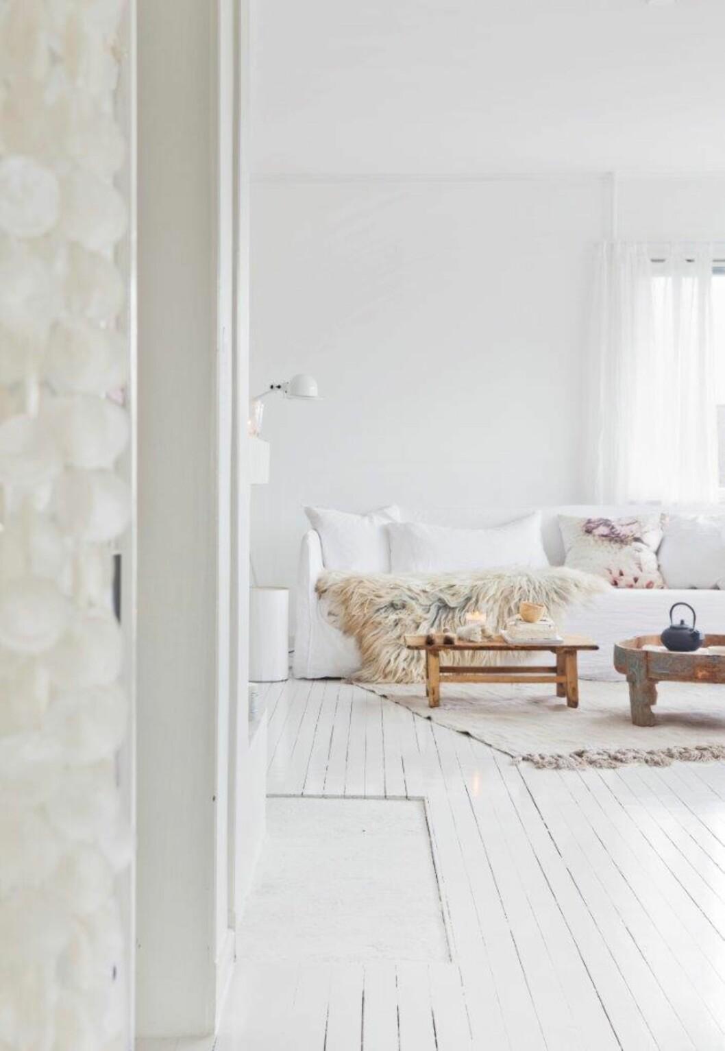HELHVITT: Selv helt hvite interiører kan virke varme og spennende med bruke av ulike teksturer.  Foto: Yvonne Wilhelmsen