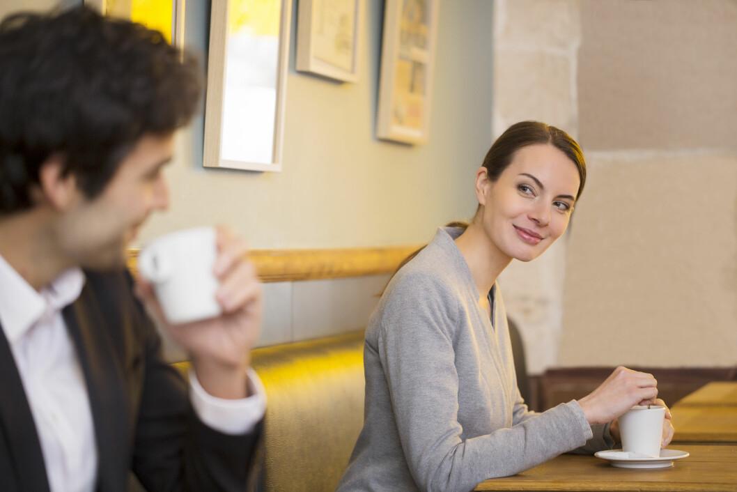 Skal man tro guttene KK.no har snakket med, er det bra med jenter som tar initiativ når det gjelder sjekking. Enkelte vil til og med at jentene skal slutte å drikke alkohol før de tar kontakt. Med andre ord kan kanskje den lokale kaffesjappa være et godt alternativ?  Foto: Shutterstock / LDprod