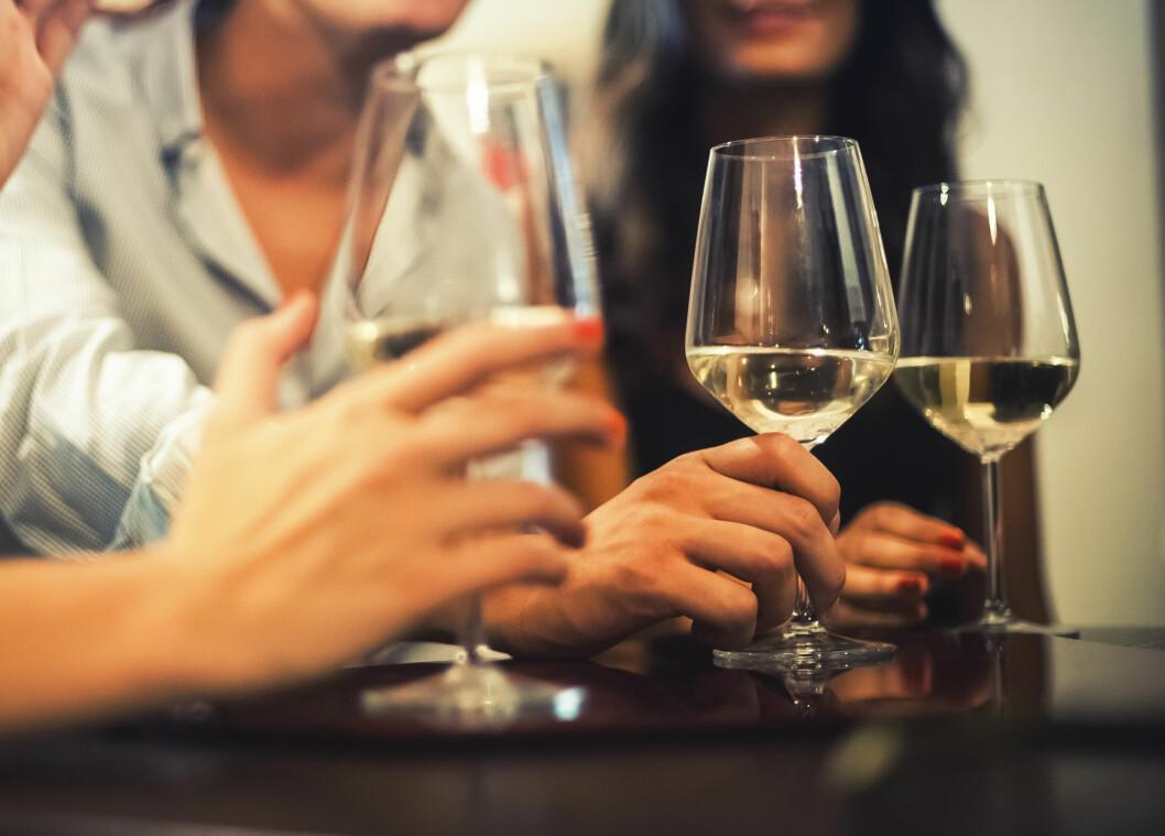 GODT LAG: Det er alltid koselig å dele noen glass vin med venner. Men hvorfor prater vi alltid mer med litt innabords?  Foto: Shutterstock / archimede