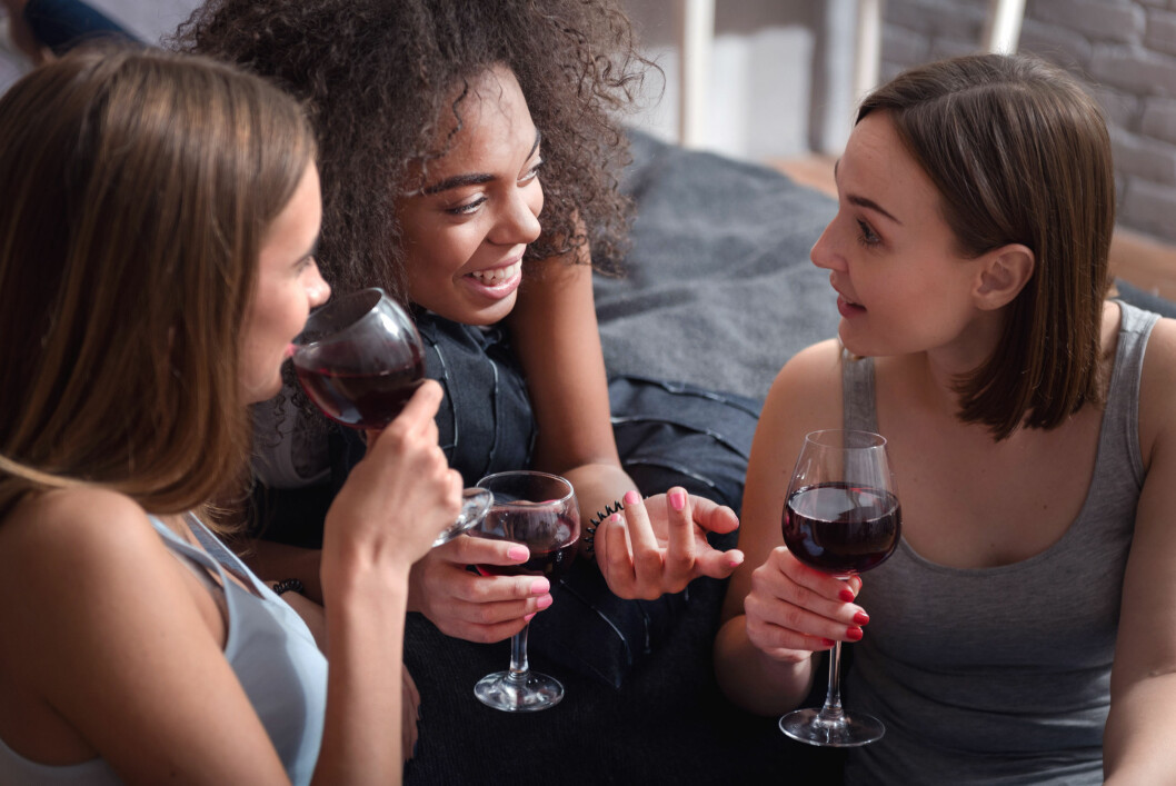 DÅRLIGERE IMPULSKONTROLL: Dette skjer i hjernen når du drikker - og kan være forklaringen dersom du alltid dummer deg ut i fylla.  Foto: Shutterstock / YAKOBCHUK VIACHESLAV