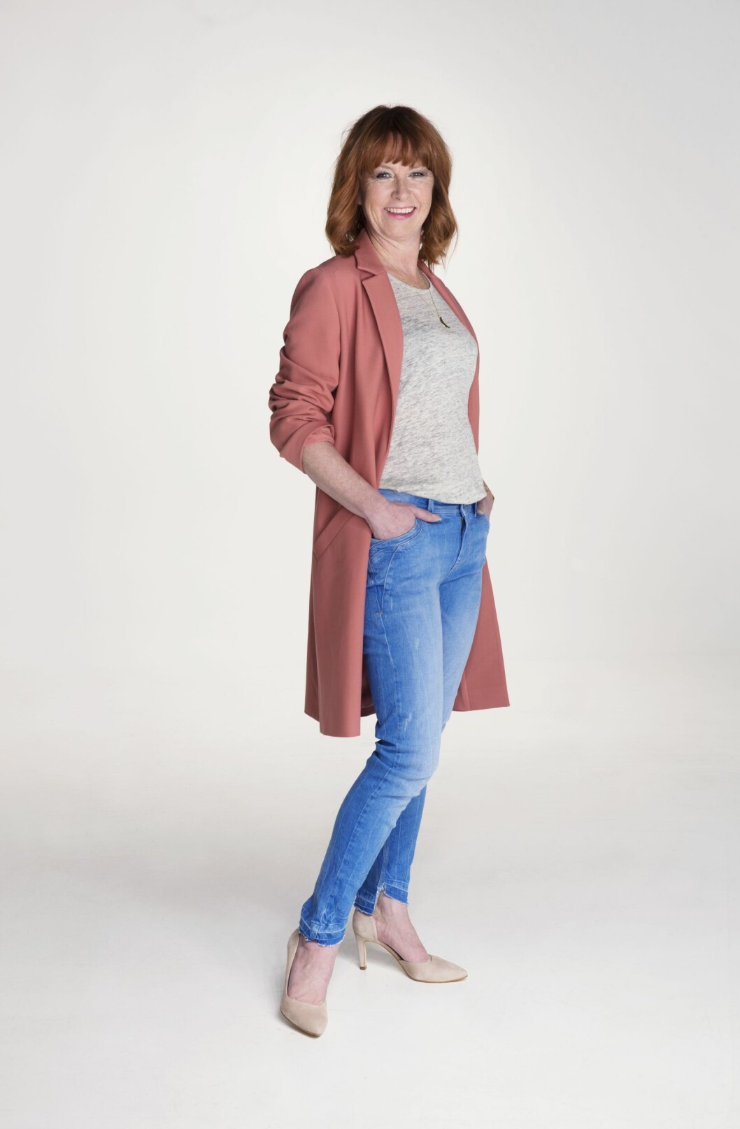 HVERDAGSKUL: Rosa kåpe (kr 1800, Halluber), grå trøye (kr700, Elle & il), blå jeans (kr 1100, Pulz Jeans), semskede pumps (kr 1300, Lille Vinkel) og langt kjede (kr 1300, Marte Frisnes). Stylistens tips: Dytt trøya ned i smale jeans slik at midjen og fasongen på kroppen synes. Det blir fint med en rett jakke over. Foto: Yvonne Wilhelmsen