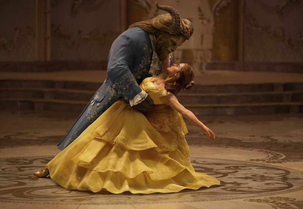 """This image released by Disney shows Dan Stevens as The Beast, left, and Emma Watson as Belle in a live-action adaptation of the animated classic """"Beauty and the Beast."""" (Disney via AP) Foto: AP"""