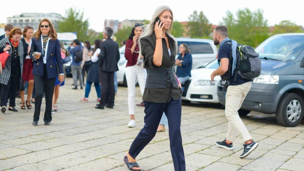 KORSETT: Har du testet ut et korsett før? Se hvordan British Vogue-redaktør Sarah Harris spriter opp sitt enkle antrekk med dette trendy tilbehøret. Foto: Rex Features