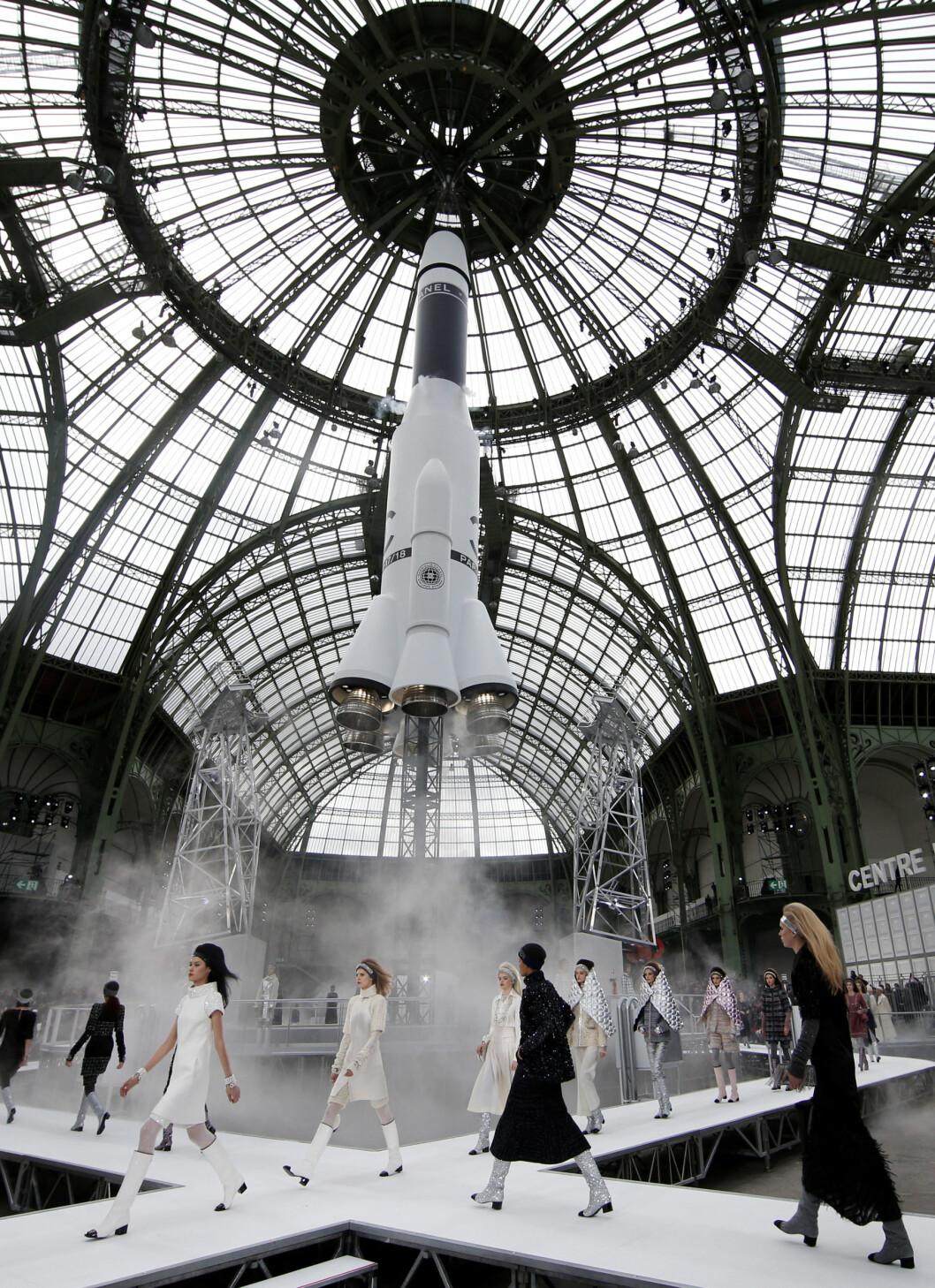 SPEKTAKULÆRT: Dette er fra visningen til Chanel - helt utrolig! Foto: Reuters