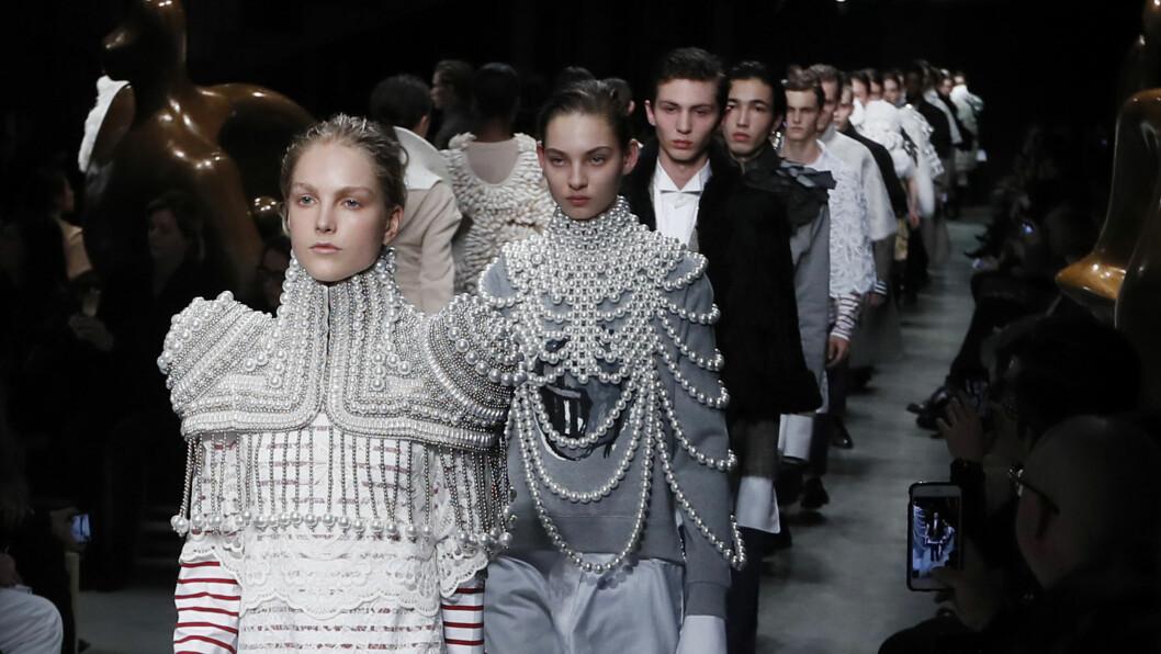BURBERRY: Det britiske motehuset viste en helt ny side av seg selv under London Fashion Week. Foto: AP