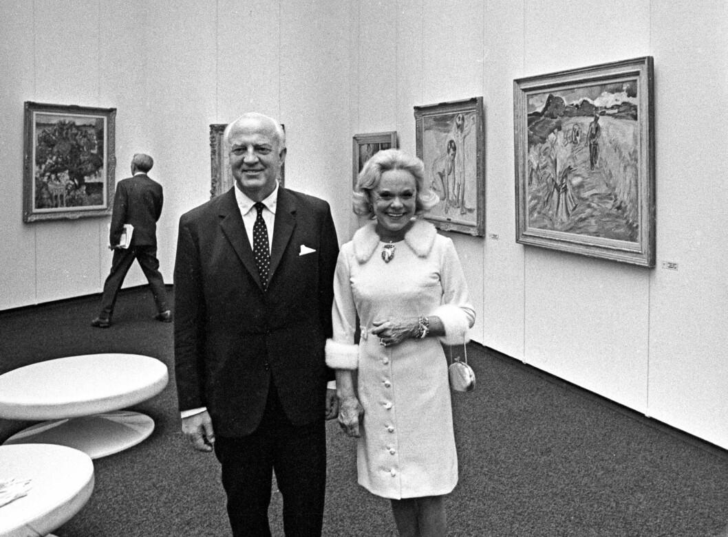 <strong>KUNSTARV:</strong> Etter to kortere ekteskap i USA giftet Sonja seg i 1956 med skipsrederen Niels Onstad. Sammen bygget de opp en enorm kunstsamling, som i 1968 ble gjort tilgjengelig for allmennheten, da Henie-Onstad Kunstsenter åpnet på Høvikodden i Bærum. Et drøyt år senere, 12. oktober 1969, døde Sonja Henie av leukemi, bare 57 år gammel, i et fly på vei fra Paris til Oslo. Konge - familien var til stede i begravelsen. Foto: NTB scanpix