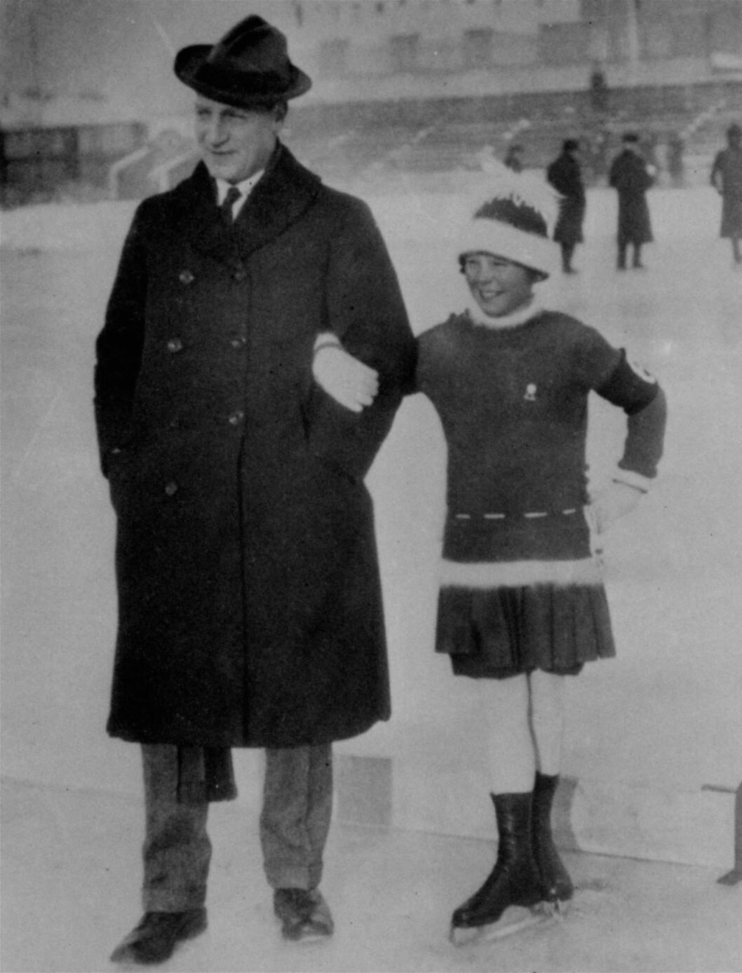 <strong>TIDLIG KRØKES:</strong> Sonja Henie med olympisk mester og prisidenten av det internasjonale skøyteforbundet Ulrich Salchow i Wien i 1925.    Foto: NTB scanpix