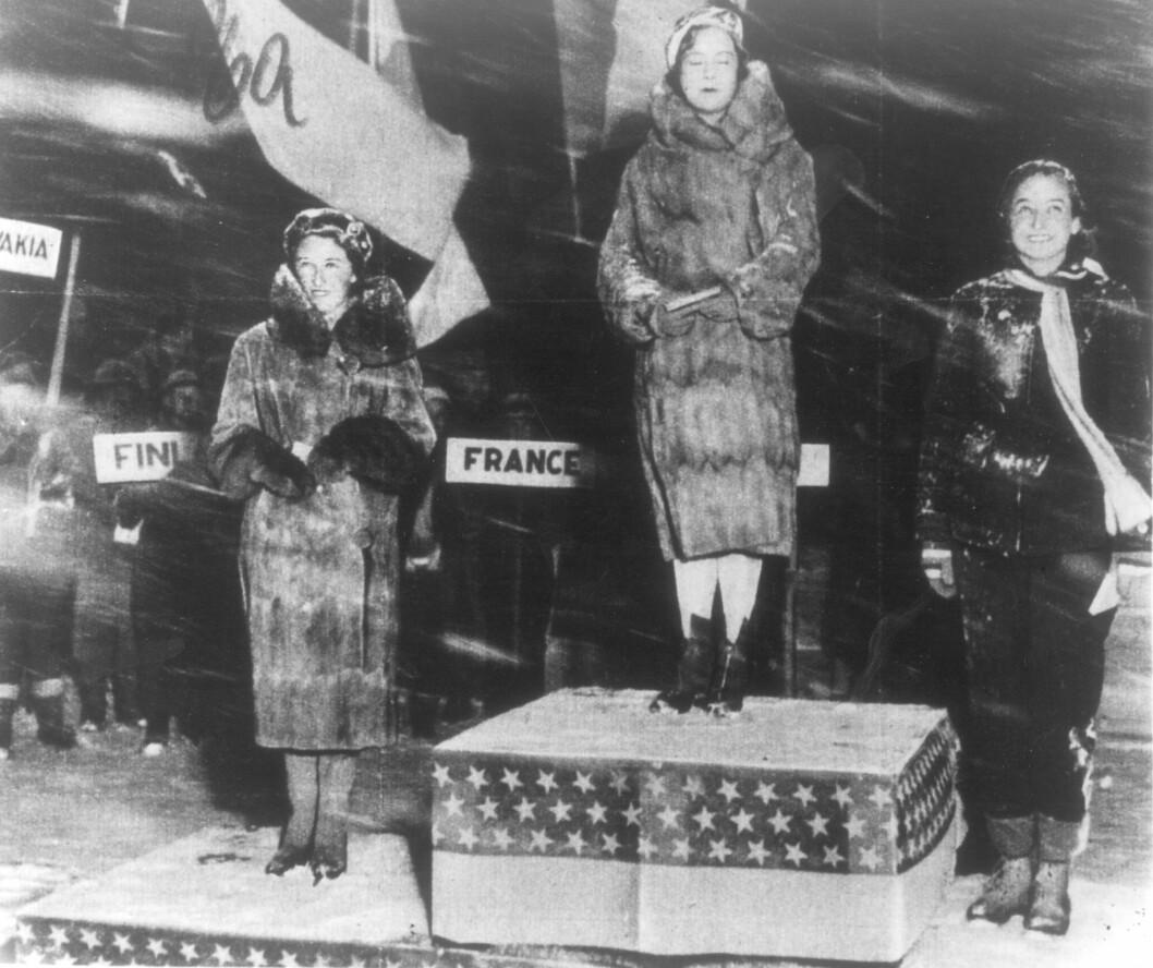 ØVERST PÅ PALLEN: I OL i Lake Placid i 1932 mottar Sonja Henie sin andre av totalt 3 gullmedaljer i OL Foto: NTB scanpix