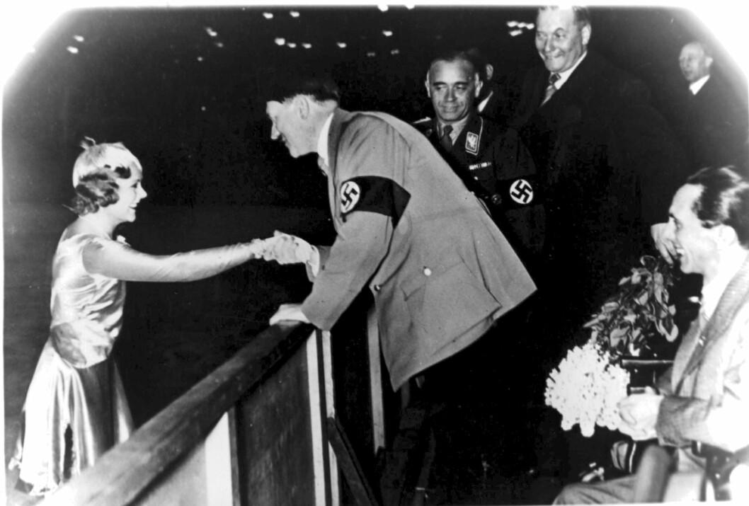 <strong>KONTROVERSIELT:</strong> Sonja Henie blir gratulert av Adolf Hitler etter at hun vant gull i OL i Garmisch-Partenkirchen i 1936. Foto: NTB scanpix