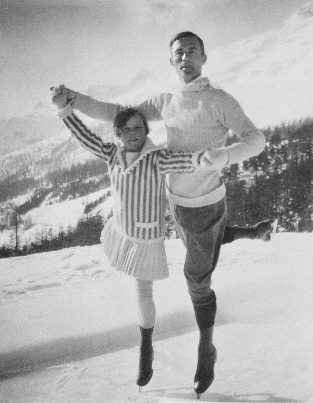 <strong>FØRSTE OL:</strong> Sonja var bare 11 år da hun deltok i sitt første OL i Chamonix i Frankrike i 1924. Hun kom sist av alle, og faren hennes, Wilhelm Henie klaget over resultatet og mente at Sonja ikke ble tatt på alvor på grunn av sin unge alder. Her poserer hun i Chamonix med OL-vinneren Gilles Grafstrom. Foto: NTB scanpix
