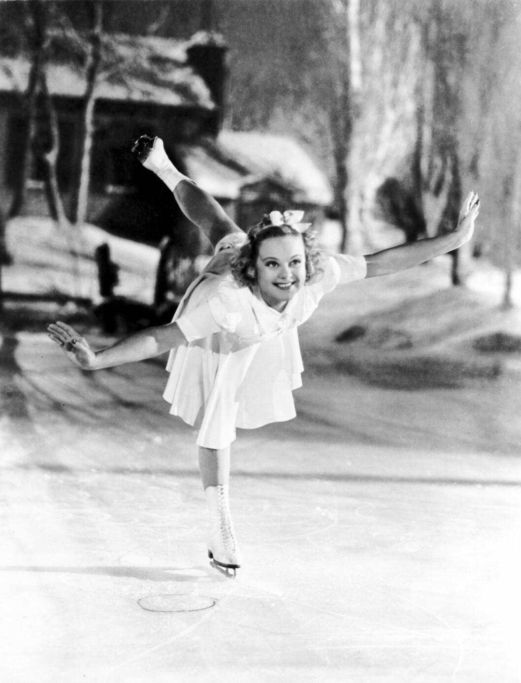 <strong>LETTBEINT:</strong> «Striper'n», der hun gled baklengs i en evighet med det ene beinet strukket opp bak, var Sonjas glansnummer, etterfulgt av utallige piruetter. Alle filmene hennes var sentrert rundt skøyteferdighetene hennes, som den romantiske komedien «Second Fiddle» (1939, bildet). Foto: NTB scanpix