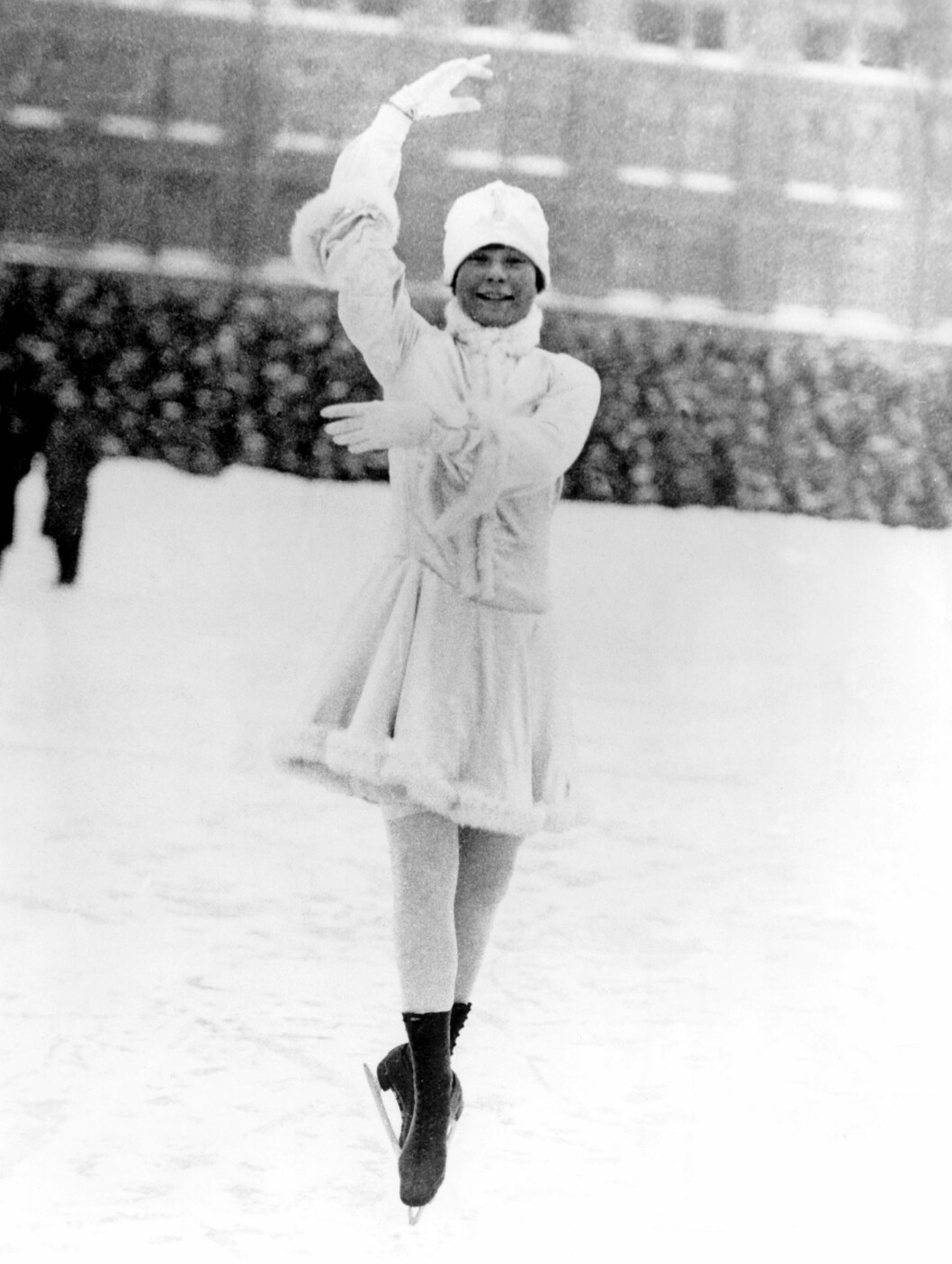 <strong>GJENNOMBRUDDET:</strong> Sonja debuterte 11 år gammel med OL-deltakelse i 1924, der hun endte sist. På hjemmebane i Oslo tok Sonja, nå 14 år gammel, sitt aller første VM-gull i 1927. Og det skulle bli flere; til sammen 10 verdensmesterskap på rad fra 1927-36 og seks europamesterskap mellom 1931-36, i tillegg til de 3 OL-gullene. Dette gjør henne til historiens mestvinnende kvinnelige kunstløper. Foto: NTB scanpix