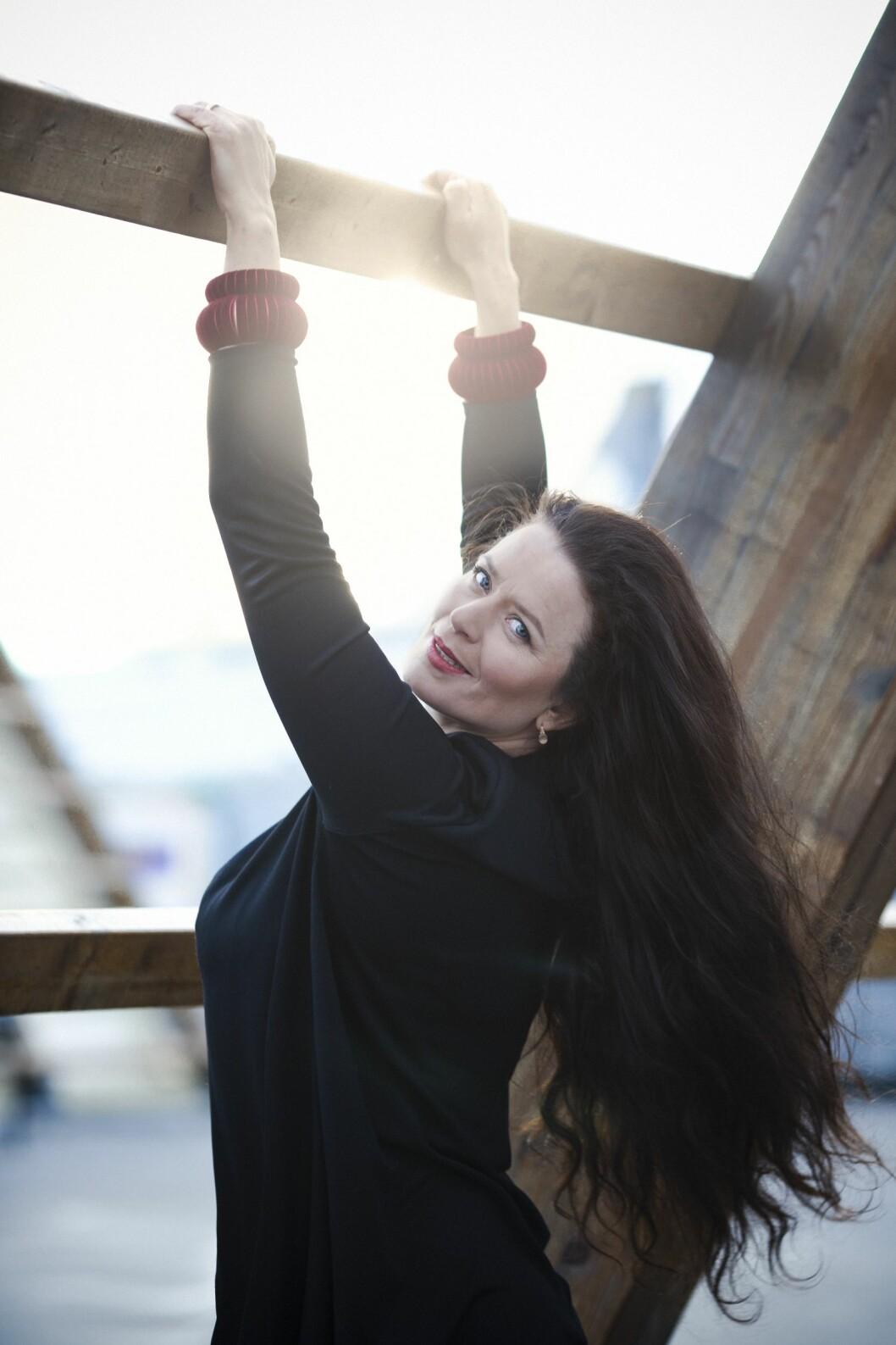 <strong>FÅR STØTTE:</strong> – Jeg har alltid følt at Kjøllefjord har heiet på meg. Det er jo sånn, man blir god dersom andre sier til deg at du er god, sier Gørild. Her på fiskehjell i Oslo, på kunstprosjektet SALT.  Foto: Astrid Waller