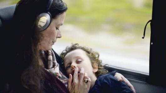 <strong>MOR OG SØNN:</strong> Baltazar (5 år) tar seg en lur i mammas armer på toget til Vladivostok. Bildet er fra filmen.  Foto: Orto polare
