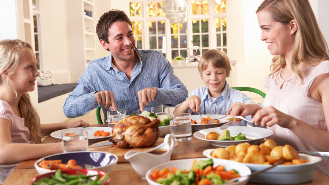 NÅR TO FAMILIER FLYTTER SAMMEN: Skal dere flytte sammen med dine, mine og våre barn? Dette mener ekspertene dere bør være obs på!  Foto: Shutterstock / Monkey Business Images