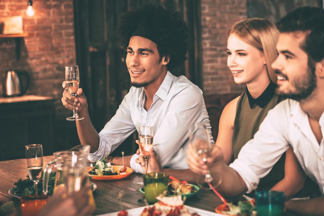 VANSKELIG Å INVITERE TIL MIDDAG: - Det er leit at vi skal ha så lange lister over hva vi ikke kan spise at det går ut over det sosiale og gleden ved å samles rundt et måltid, sier ernæringsfysiolog.  Foto: Shutterstock / g-stockstudio
