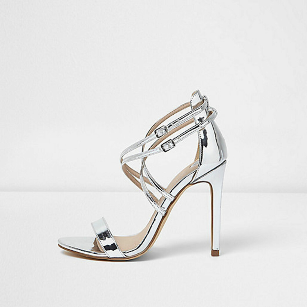 Sko fra River Island via Asos.com | kr 397 | http://www.asos.com/river-island/river-island-metallic-barely-there-heeled-sandal/prd/7548411?iid=7548411&clr=Silver&SearchQuery=&cid=6992&pgesize=11&pge=0&totalstyles=11&gridsize=3&gridrow=1&gridcolumn=2
