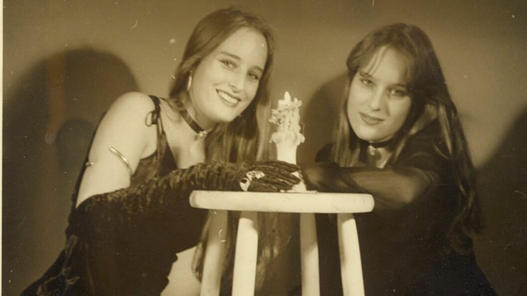 TVILLINGER: Inga og Elin var tvillinger og var totalt avhengige av hverandre. Så skjedde det som aldri skulle skje. Elin ble revet vekk fra livet til Inga på verst tenkelig måte.  Foto: Privat