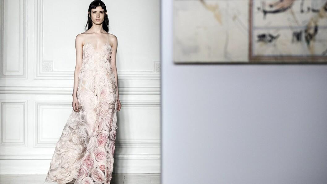 HAUTE COUTURE: Moteukene er i gang og nå viser motehusene frem sine haute couture-kolleksjoner. Her fra Valentinos visning. Foto: Epa