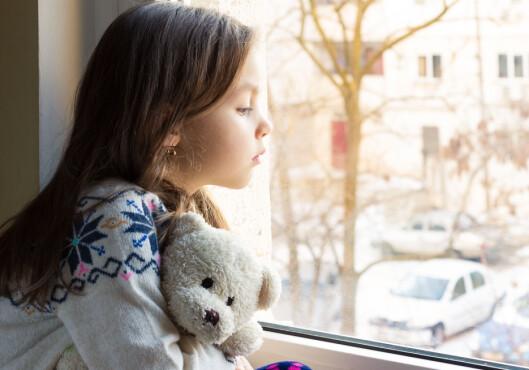 LA BARNA SØRGE: Det er viktig å ikke la barna være vitne til mer av det som skjer enn høyst nødvendig, men samtidig må det være lov at dette er en tung tid også for dem.  Foto: Shutterstock / NADKI