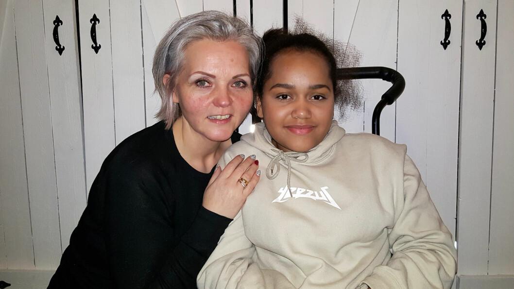 <strong>SITTER I RULLESTOL:</strong> I dag sitter Andin i rullestol, fordi strålebehandlingen ødela nervene hennes. Hun må leve med både rullestolen og kreften resten av livet.  Foto: Privat.
