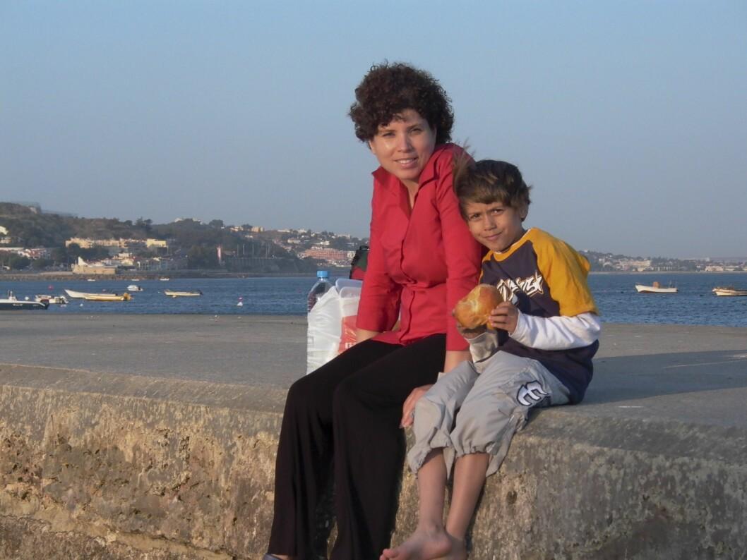 NÆRT FORHOLD: Noah har et nært forhold til moren Rebecca. – For meg er det viktigste at Noah har det bra og gjør det som er riktig for ham, sier Rebecca. Her er de avbildet på en ferietur til Portugal.  Foto: Privat
