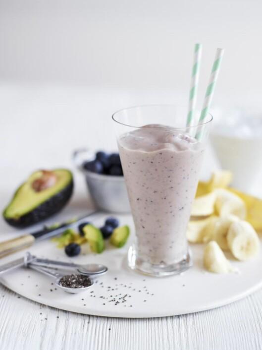SUPERSMOOTHIE: Jennifer sverger til en smoothie med blant annet chiafrø, banan og blåbær. Foto: Bon Appetit