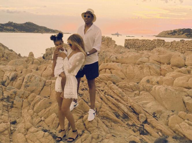 FAMILIETID: Det har vært viktig for Beyoncé og Jay Z å tilbringe tid med barna når de ikke har vært opptatt med konserter. Her avbildet med Blue Ivy ved en tidligere anledning. Foto: NTB Scanpix