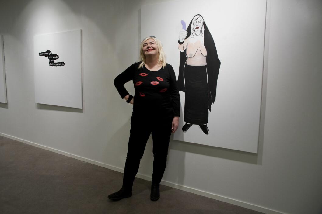 """UNNI ASKELAND: Foran maleriet """"Selvportrett som singel"""". - Jeg er inne i en tredje livsfase, sier kunstneren til kk.no. Foto: Foto: Anne Vesaas"""
