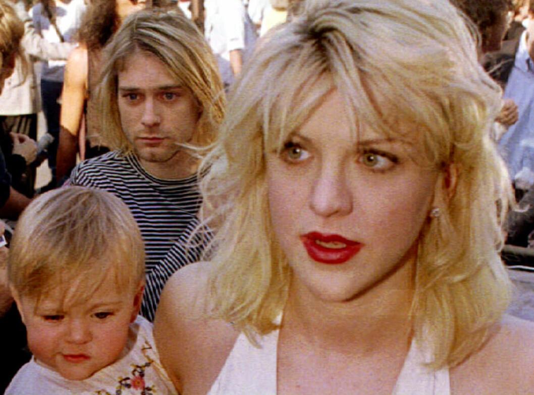 <strong>FAMILIE:</strong> Her er Kurt Cobain, sammen med kona Courtney Love og datteren Frances Bean Cobain, på vei til MTV Music Awards i 1992. Foto: Reuters