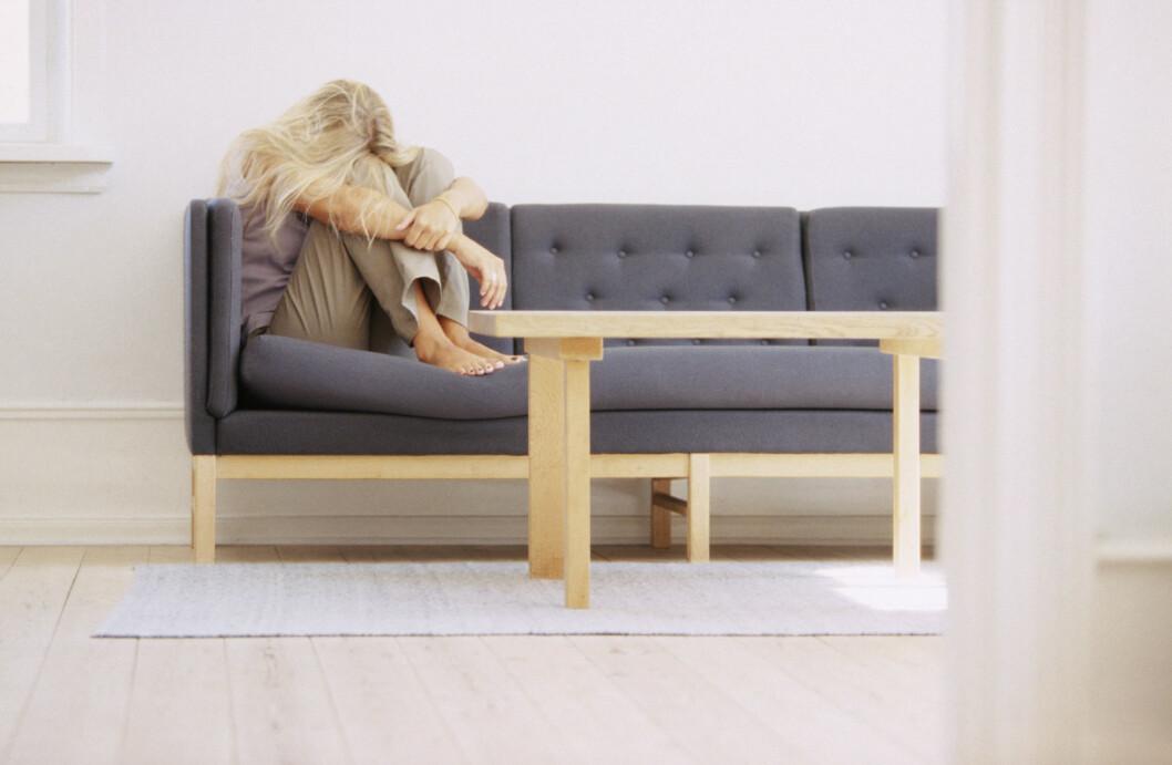 <strong>MYE ALENE:</strong> Er du stadig sjeldnere sosial? Det er et av de første symptomene på utbrenthet.  Foto: NTB Scanpix