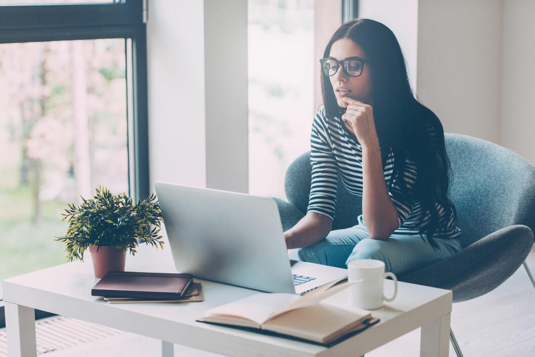 HVORDAN SKRIVE CV: Det er ikke alltid like lett å skrive CV og søknad når du jakter etter en ny jobb. Er det derimot én ting du skal huske er det å unngå klisjeordene, sier ekspertene.  Foto: Shutterstock / g-stockstudio