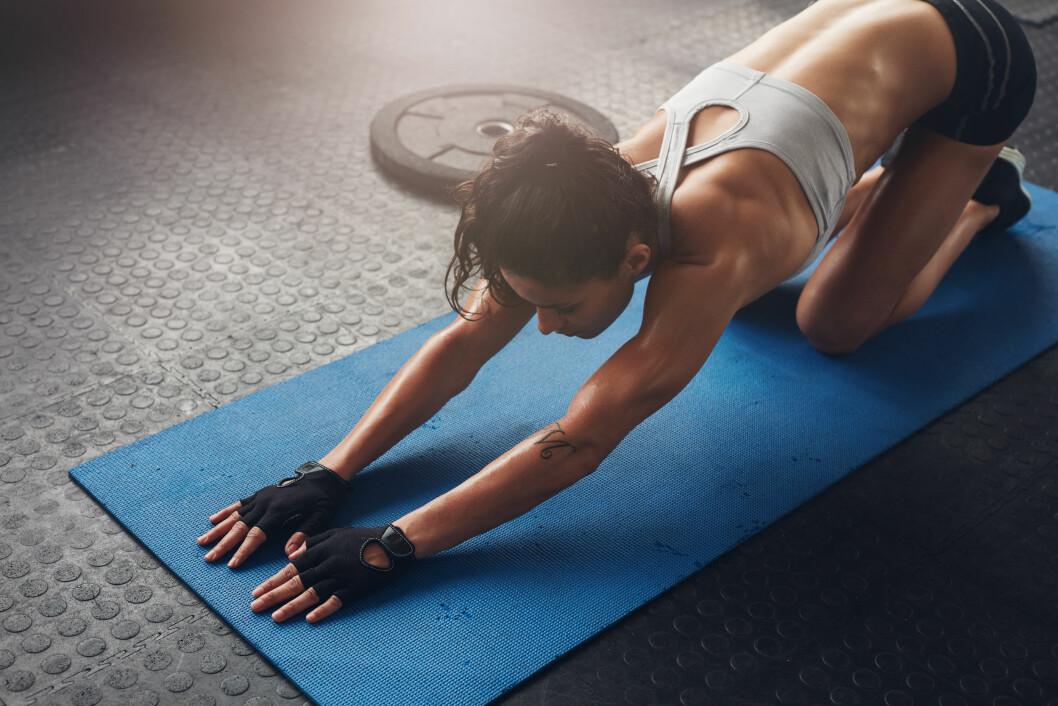 MOSJON: Bevegelse og moderat fysisk aktivitet vil øke blodtilførselen til de vonde musklene og derfor kunne hjelpe litt på smerter og stivhet. Foto: Shutterstock / Jacob Lund