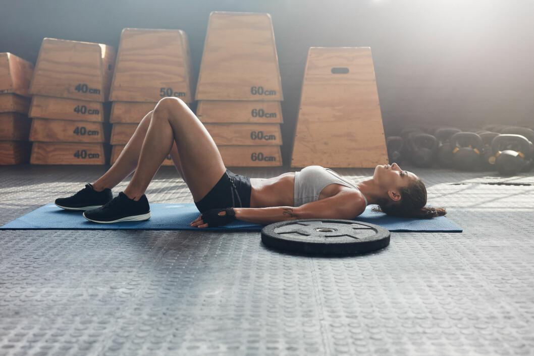 ENKLE ØVELSER: Hjelp ryggen ved å styrke de indre magemusklene. Foto: Shutterstock / Jacob Lund