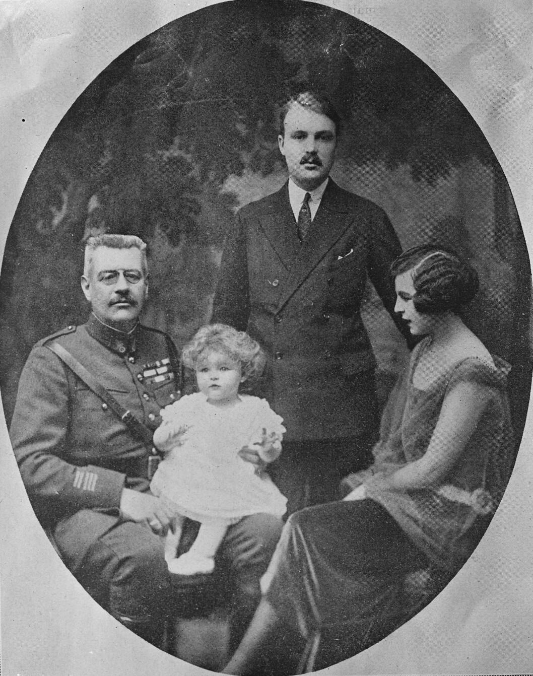 <strong>FYRSTEFAMILIEN:</strong> Louis II av Monaco fikk datteren prinsesse Charlotte (t.h.) utenfor ekteskap, men en spesiell klausul sørget for at han fikk adoptert henne og hennes sønn, prins Rainier (på prins Louis' fang) ble tronfølger. Bak står Rainiers far, grev Pierre av Polignac. Dette bildet er tatt på begynnelsen av 1920-tallet. Rainier ble født i 1923. Foto: NTB Scanpix