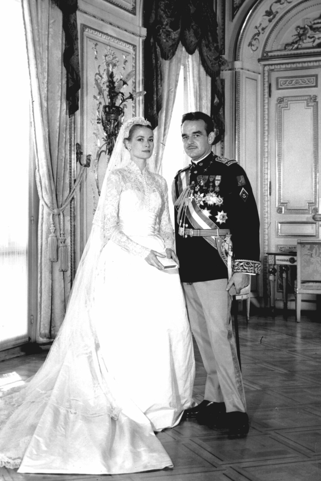 <strong>GODT GIFT:</strong> Fyrst Rainier III møtte den amerikanske skuespillerinnen Grace Kelly under filmfestivalen i Cannes i 1955. Året etter sto det storslåtte bryllpet mellom den amerikanske skjønnheten og den flotte fyrsten i Monaco. Foto: NTB Scanpix