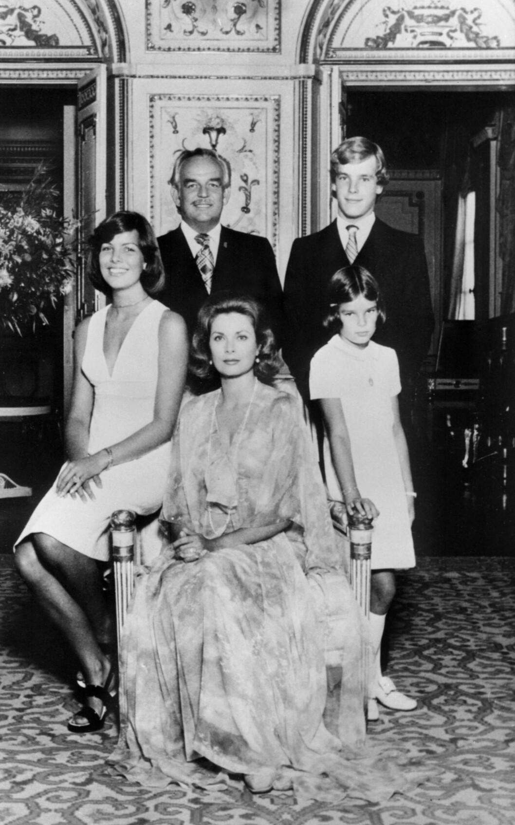 <strong>FYRSTEFAMILIEN:</strong> Dette bildet er tatt i 1975 på fyrstepalasset i Monaco. Til venstre: prinsesse Caroline, Grace Kelly, prinsesse Stephanie. Bak: Fyrst Rainier og prins Albert. Foto: NTB Scanpix