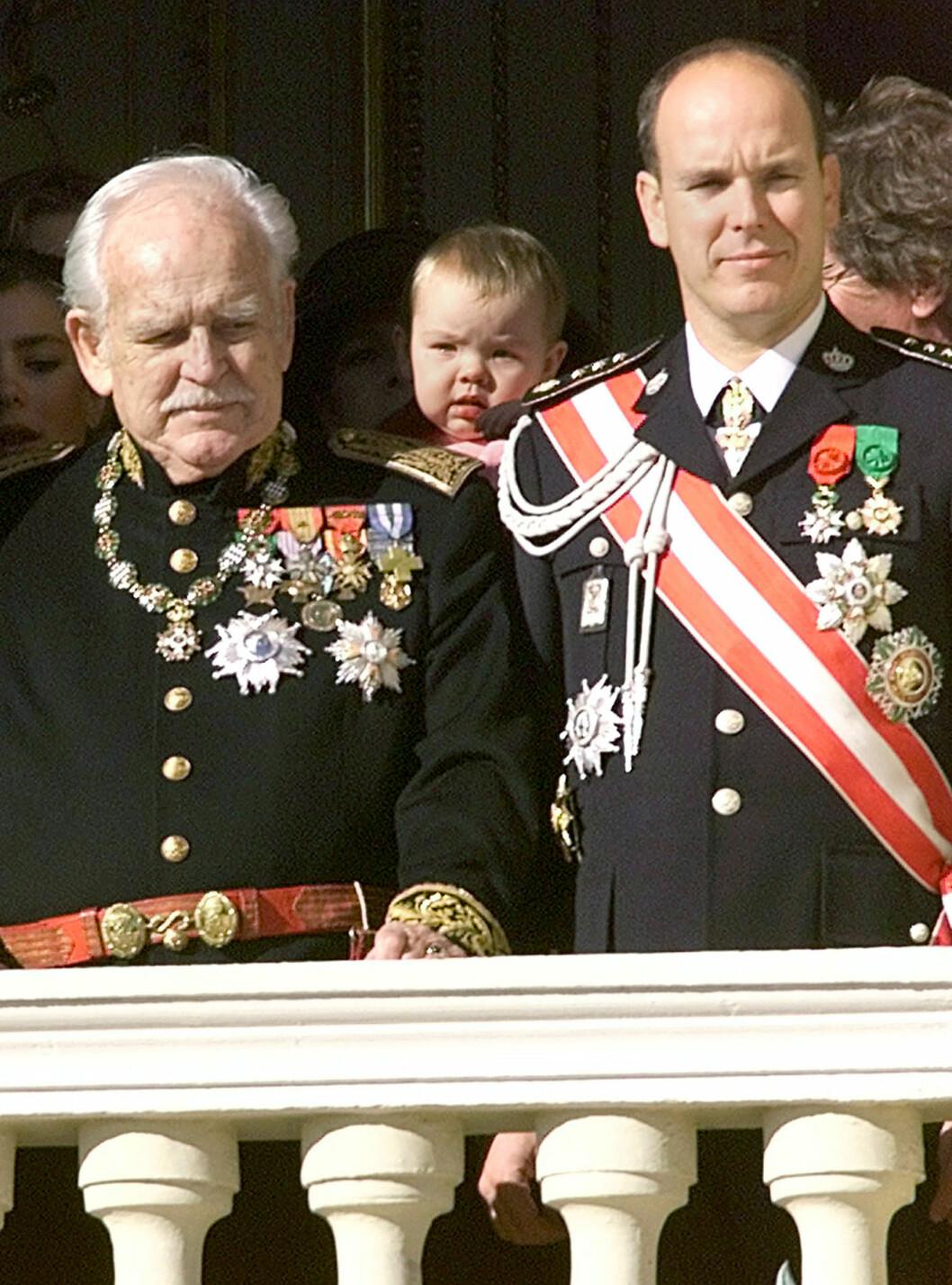 <strong>FAR OG SØNN:</strong> Fyrst Rainier døde i 2005, og det var sønnen prins Albert som tok over fyrstetronen. Dette bildet er tatt under nasjonaldagen i Monaco 19. november 2000. Foto: APB Scanpix