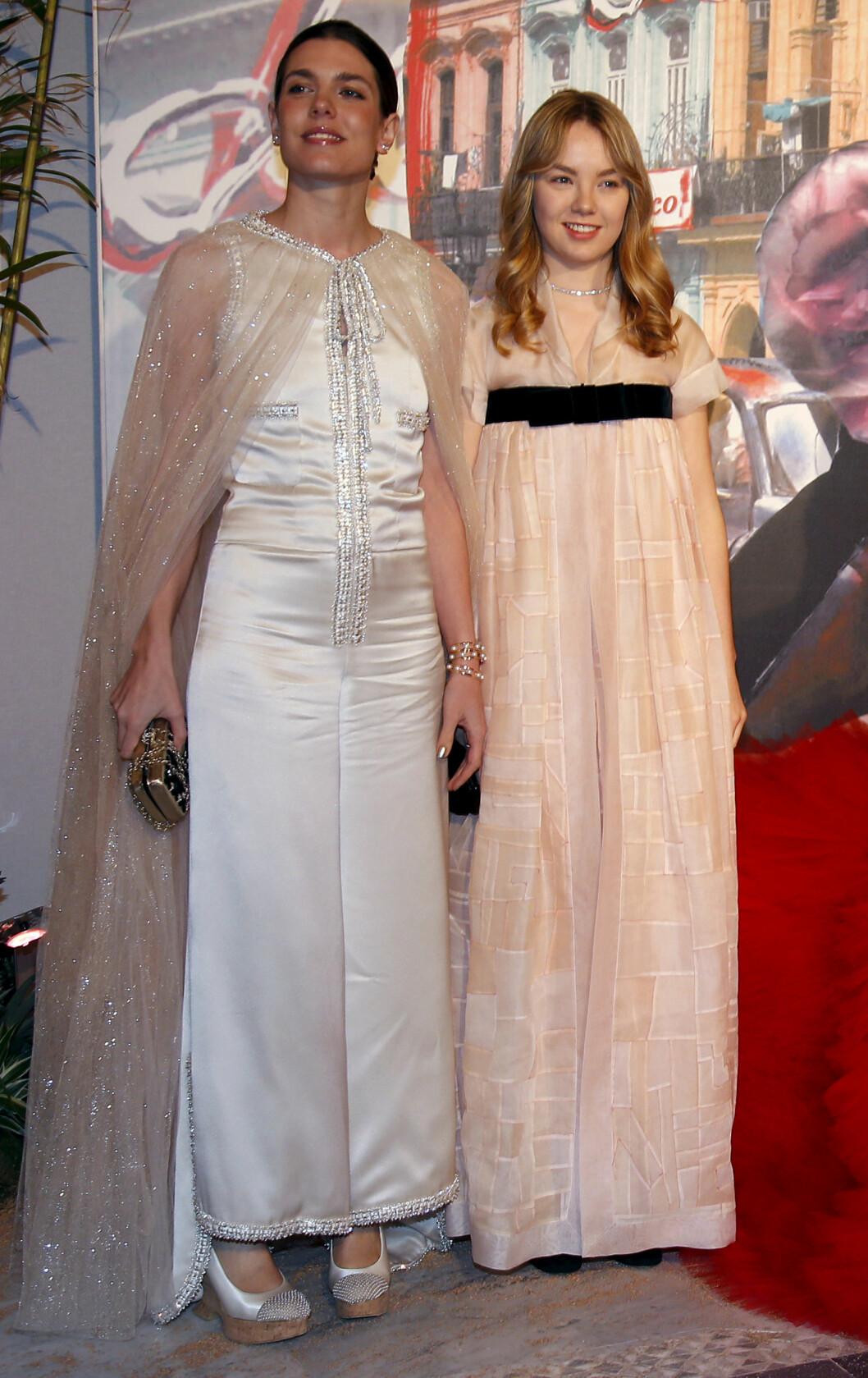 <strong>UKJENT MOTEPRINSESSE:</strong> Charlotte Casiraghi og halvsøster prinsesse Alexandra av Hanover stilte i antrekk fra Chanel under roseballet i vinter. Foto: NTB Scanpix