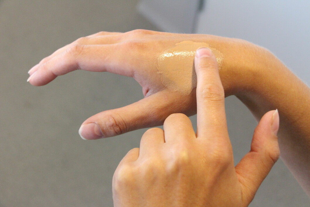 IKKE PÅ HÅNDEN: For å finne riktig foundation-farge skal du ikke prøve produktet på hånden, men på halsen eller i ansiktet! Foto: KK.no