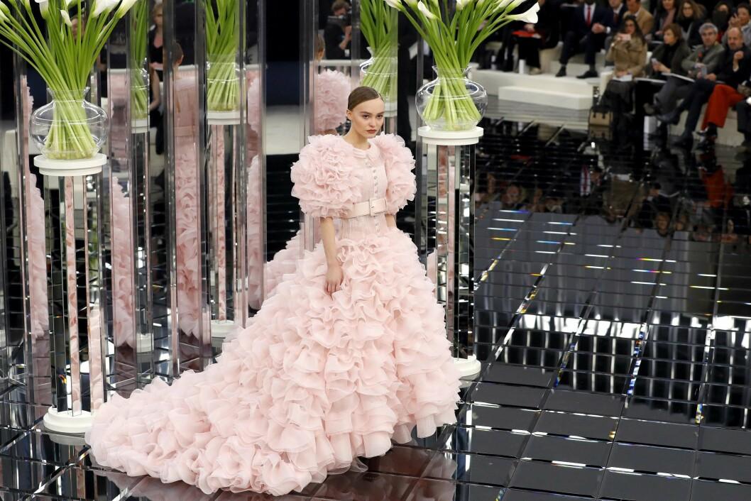 AVSLUTTER SHOWET: Lily-Rose Depp fikk i gang blitzregnet i denne Chanel-kreasjonen. Foto: AFP
