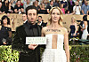 DEMONSTRERTE: Jocelyn Towne og Simon Helberg valgte å demonstrere mot Trump på den røde løperen under årets SAG Awards. Foto: AP