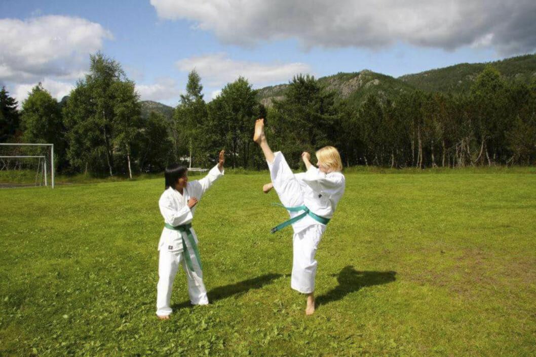 SPARKER HØYT: Lisbeth har trent karate siden 2008. Her sammen med sønnen Michael. Foto: Privat