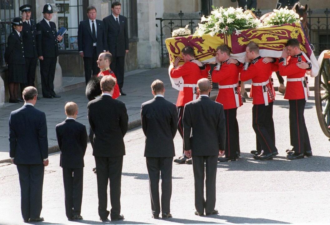 <strong>IKONISK:</strong> For de av oss som husker høsten 1997 står begravelsen til Diana sterkt i minnet - og da spesielt det personlige kortet med påskriften «Mummy» på fra prins William og prins Harry. Fra venstre: prins Charles, prins Harry, Dianas bror Earl Spencer, prins William og prins Philip mens de så på at kisten med Diana ble båret inn i Westminster Abbey den 6. september 1997. Foto:  Foto: NTB Scanpix