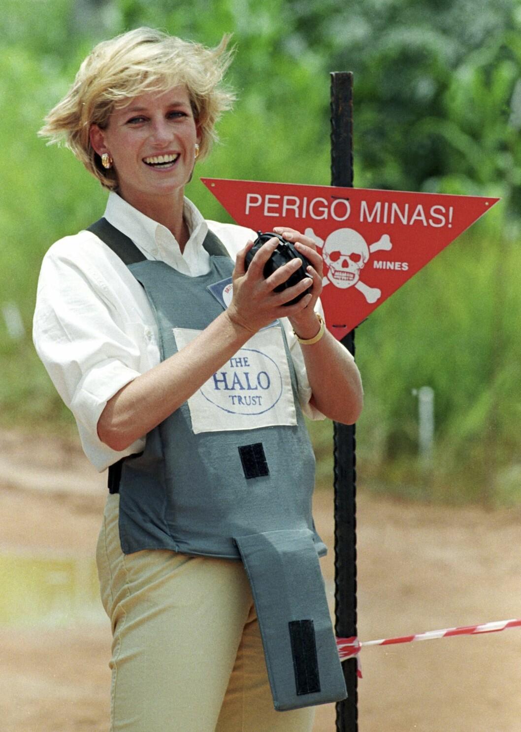 <strong>UREDD:</strong> Disse bildene av Diana med skuddsikker vest og en landmine i hendene er brent fast på netthinnen vår. Foto: NTB Scanpix
