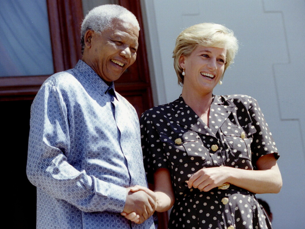 <strong>MØTTE PRESIDENTEN:</strong> HIV/AIDS-problematikken var også et tema som engasjerte Diana, og i mars dro hun til Sør-Afrika hvor hun var i samtale med daværende president Nelson Mandela (1918 - 2013) om nettopp HIV/AIDS. SAFRICA DIANA - RTR2HYT Foto: NTB Scanpix