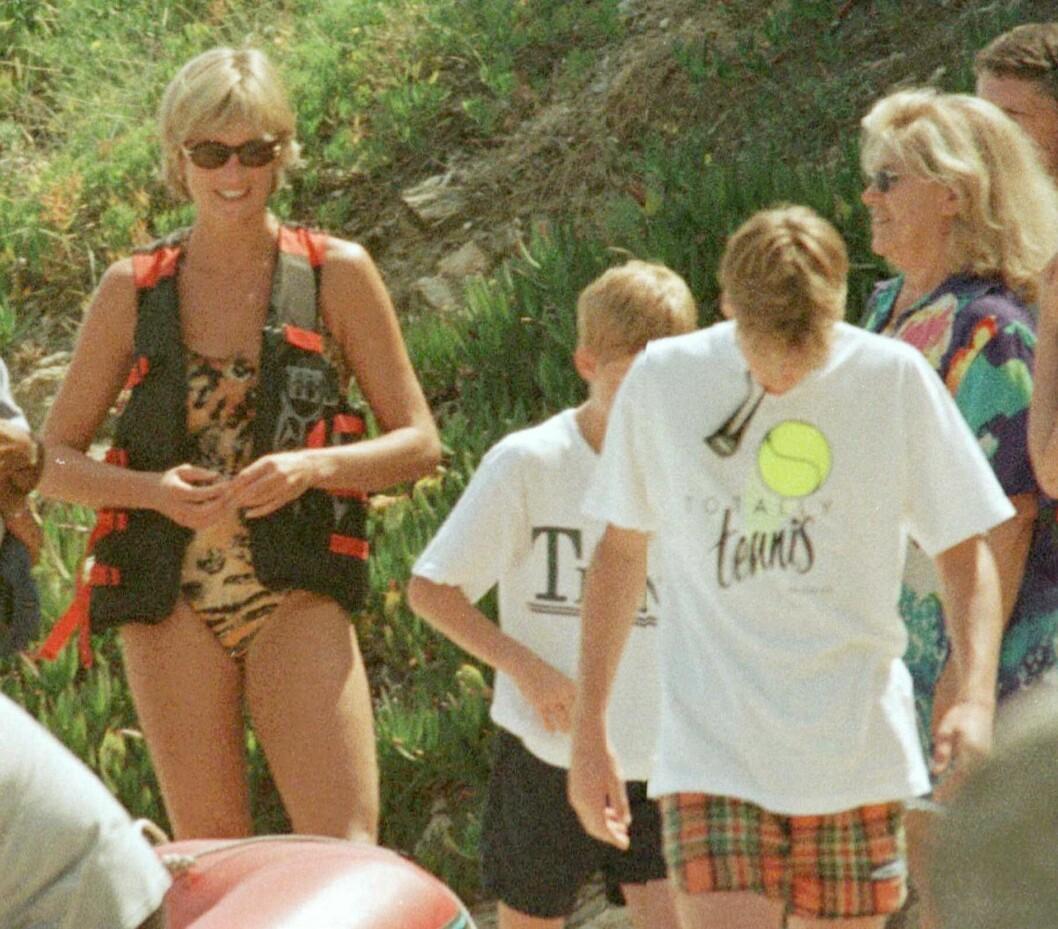 <strong>MED SØNNENE:</strong> Også prins William og prins Harry, Dianas to sønner, var med på ferien til Saint Tropez i juli 1997. Foto: NTB Scanpix