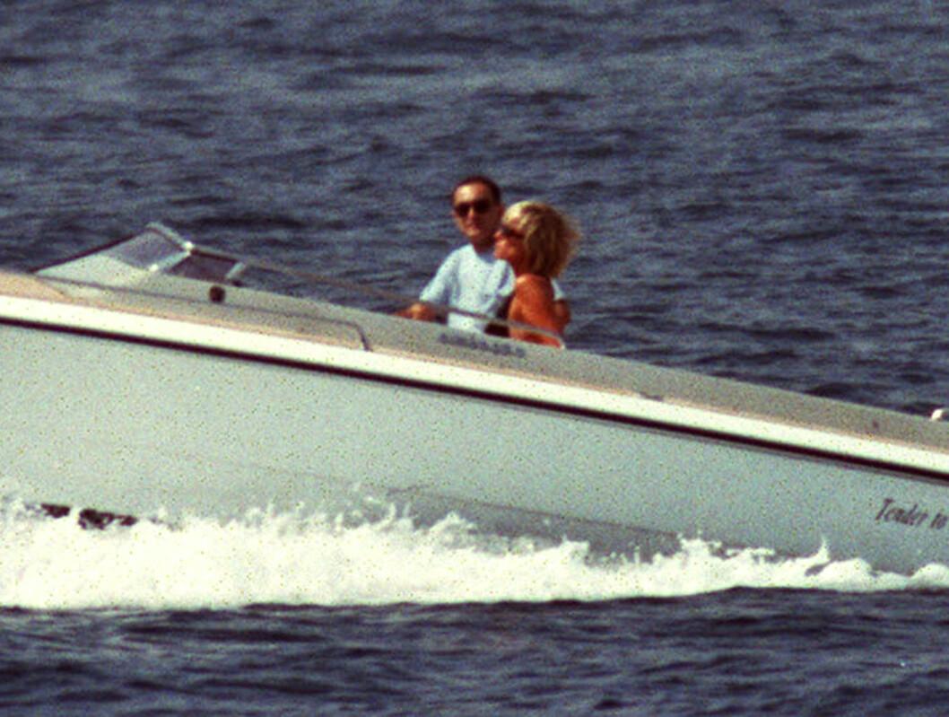 <strong>FORELSKET:</strong> Dodi og Diana fotografert under en romantisk båttur i Saint Tropez den 22. august 1997. Foto: NTB Scanpix